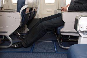 nohy v lietadle
